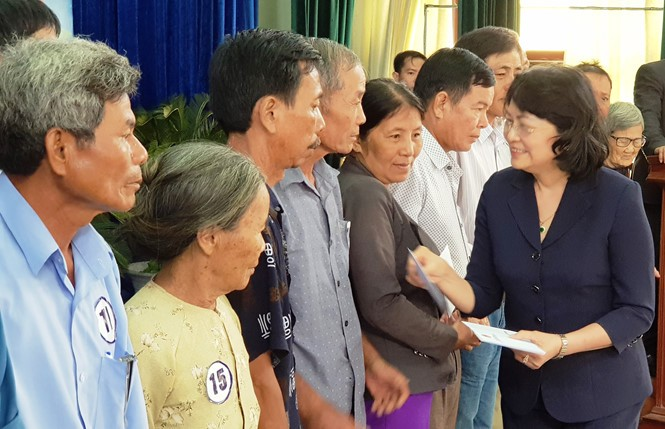 Wapres Dang Thi Ngoc Thinh memberikan bingkisan kepada orang berjasa dan pelajar miskin Propinsi Quang Nam - ảnh 1