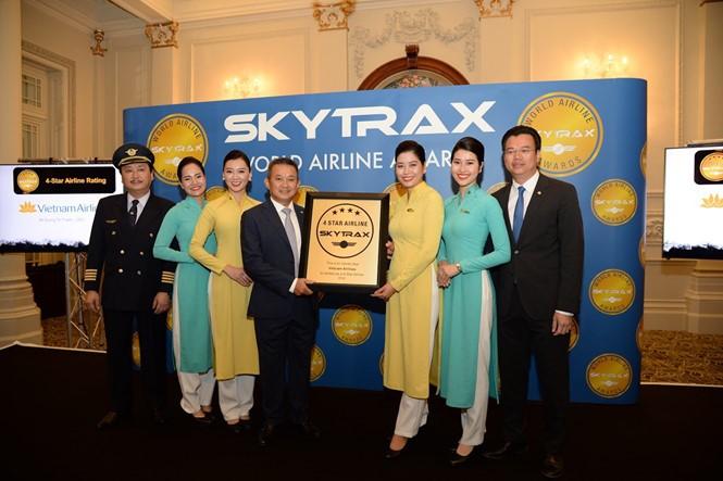 Vietnam Airlines menerima sertifikat maskapai penerbangan internasional 4 bintang - ảnh 1