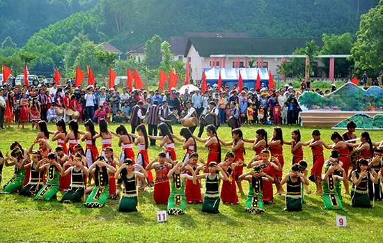 Memuliakan pusaka budaya yang beranekaragam dari etnis-etnis sesaudara di gunung-gemunung Truong Son - ảnh 1