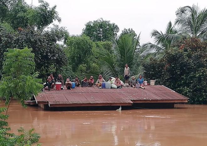 Vietnam bersedia memberikan bantuan kepada rakyat Laos mengatasi akibat bobolnya waduk hidrolistrik di Propinsi Attapeu, Laos - ảnh 1