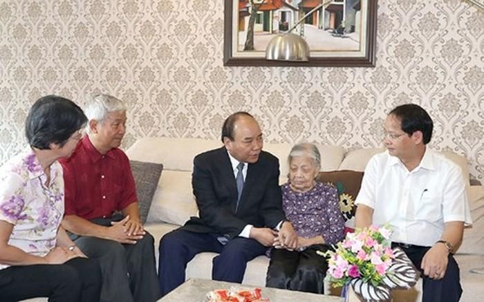 PM Nguyen Xuan Phuc menyapa keluarga Pahlawan yang gugur di Kota Hanoi - ảnh 1
