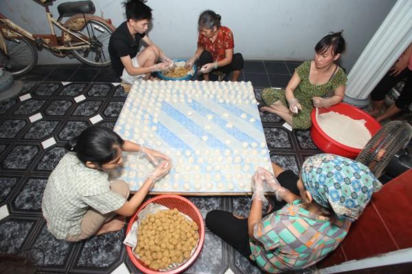 Kue Day Quan Ganh, satu jenis kue khas di Kota Hanoi - ảnh 1