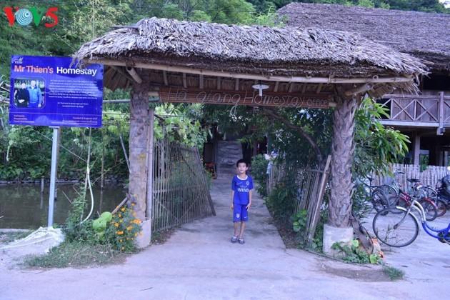 Pola wisata homestay turut memperbaiki kehidupan warga etnis Tay di Propinsi Ha Giang - ảnh 2