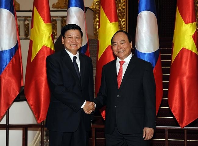 PM Nguyen Xuan Phuc menerima PM Laos, Thongloun Sisoulith - ảnh 1