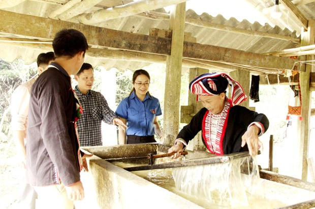 Menjaga kejuruan membuat kertas Ban dari warga etnis minoritas Dao, Kabupaten Bac Quang, provinsi Ha Giang - ảnh 1