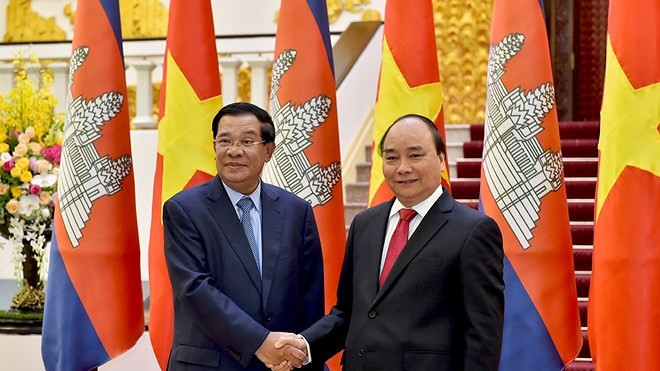 PM Nguyen Xuan Phuc melakukan pertemuan dengan PM Kamboja, Samdech Techo Hunsen - ảnh 1