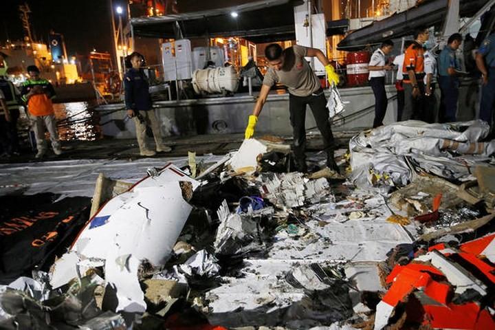 Pekerjaan pencarian dan pertolongan para korban kecelakaan pesawat terbang JT 610 jatuh di laut - ảnh 11