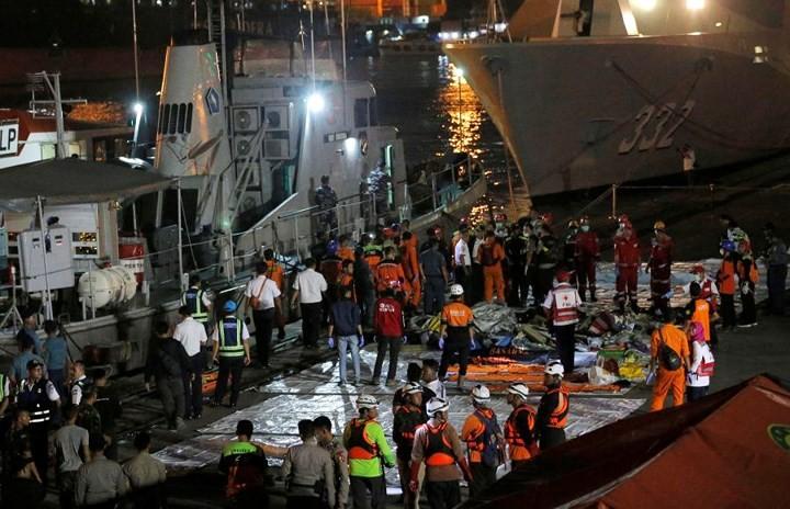 Pekerjaan pencarian dan pertolongan para korban kecelakaan pesawat terbang JT 610 jatuh di laut - ảnh 12