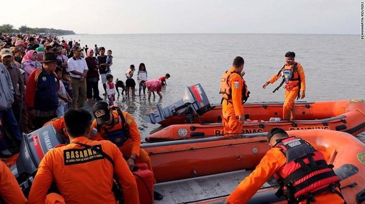 Pekerjaan pencarian dan pertolongan para korban kecelakaan pesawat terbang JT 610 jatuh di laut - ảnh 9