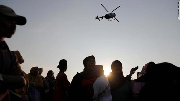 Pekerjaan pencarian dan pertolongan para korban kecelakaan pesawat terbang JT 610 jatuh di laut - ảnh 17