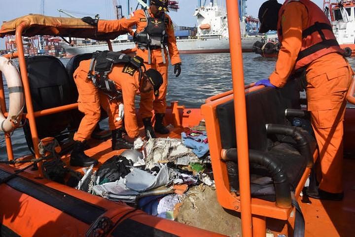 Pekerjaan pencarian dan pertolongan para korban kecelakaan pesawat terbang JT 610 jatuh di laut - ảnh 8