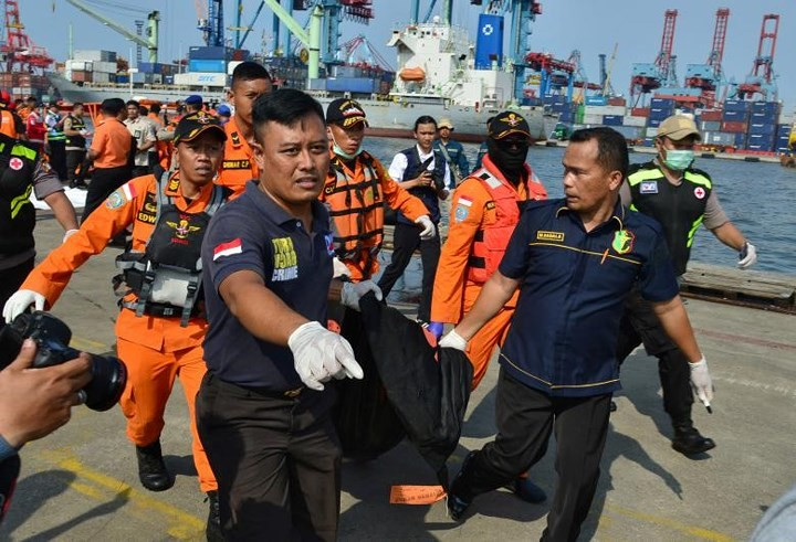 Pekerjaan pencarian dan pertolongan para korban kecelakaan pesawat terbang JT 610 jatuh di laut - ảnh 3