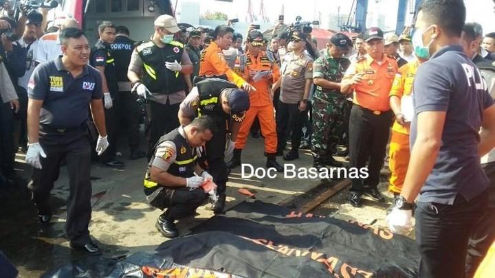 Pekerjaan pencarian dan pertolongan para korban kecelakaan pesawat terbang JT 610 jatuh di laut - ảnh 4