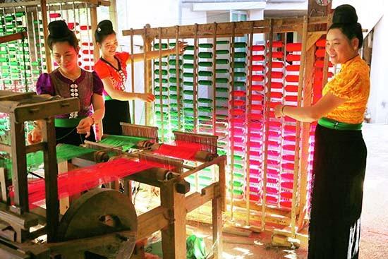 Kabupaten Moc Chau menjaga kerajinan menenun kain ikat - ảnh 1