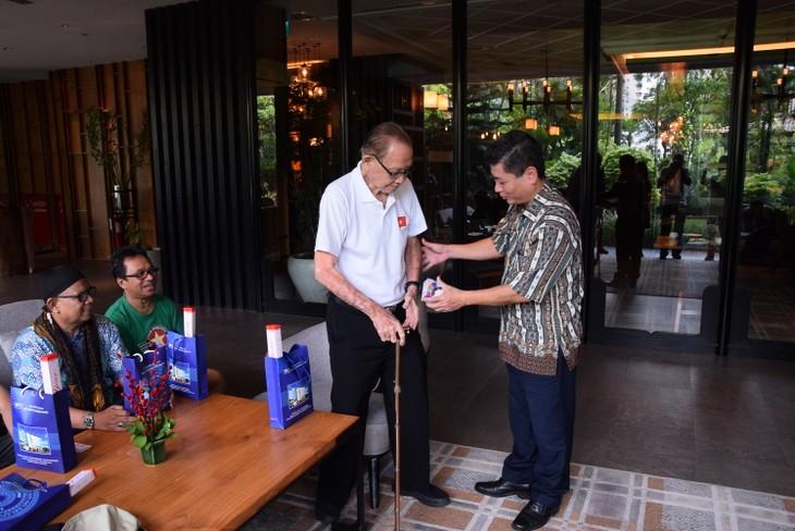 """VOV5 melakukan pertemuan dan menyampaikan penghargaan """"Pendengar Tipikal tahun 2018"""" di Jakarta, Indonesia - ảnh 8"""