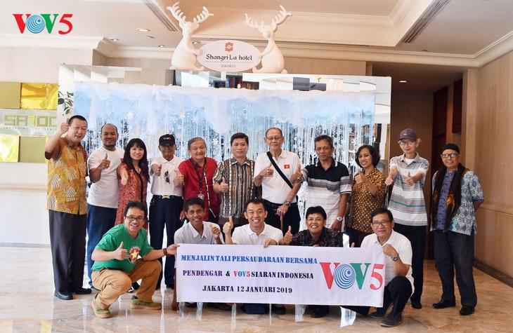 """VOV5 melakukan pertemuan dan menyampaikan penghargaan """"Pendengar Tipikal tahun 2018"""" di Jakarta, Indonesia - ảnh 12"""