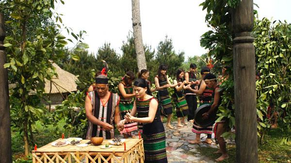 Upacara menyedekahi pintu gerbang  desa dari warga etnis minoritas M'nong - ảnh 1