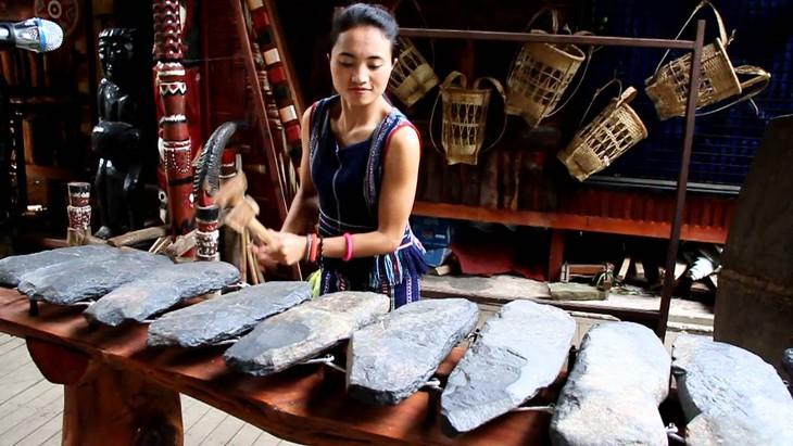 Instrumen musik gambang  batu, irama yang unik dari etnis-etnis di daerah Tay Nguyen - ảnh 1
