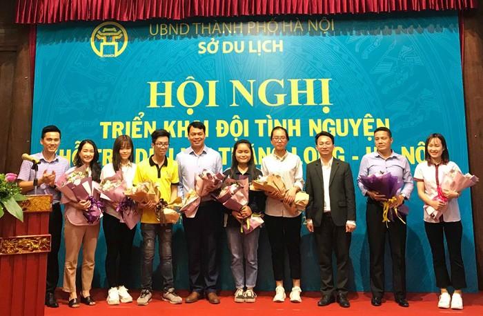300 mahasiswa relawan membantu pariwisata Thang Long- Hanoi - ảnh 1