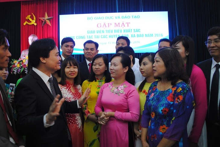 Ministry of Education and Training honours excellent teachers from islands  - ảnh 1