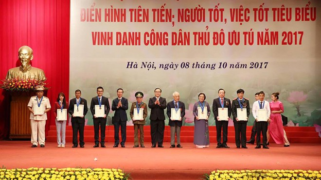 Top 10 outstanding citizens of Hanoi 2017 honored  - ảnh 1