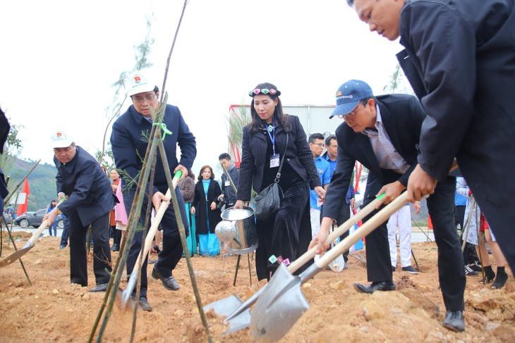 Vietnam Airlines, Youth Union jointly plant 11,000 trees in Quang Ninh - ảnh 1