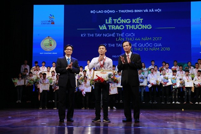 Winners of national, world skills competitions awarded - ảnh 1