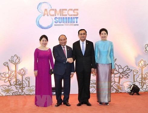 PM meets Thai, Lao counterparts on ACMECS8 sidelines - ảnh 1