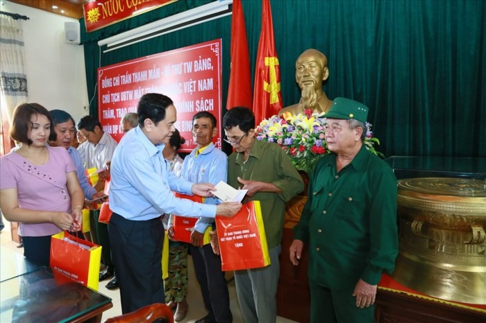 Leaders pay tribute to revolutionaries  - ảnh 1