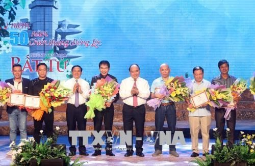 Awards given to winners of song writing contest to honor martyrs  - ảnh 1