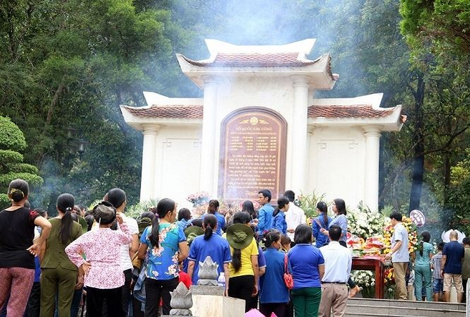 Crowds of people pay tribute to heroic martyrs in Dong Loc - ảnh 1