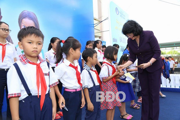 Vice President presents gifts to students, poor households in Binh Dinh  - ảnh 1