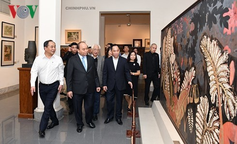 PM visits Vietnam Fine Art Museum  - ảnh 1