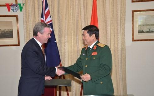 Vietnam, Australia sign Joint Vision Statement on Further Defense Cooperation - ảnh 1