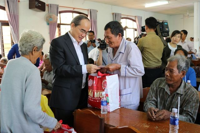 Tet gifts offered to disadvantaged people across Vietnam  - ảnh 1