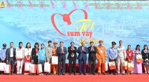 PM attends Tet program with workers, inaugurates Memorial House of Nguyen Duc Canh - ảnh 2