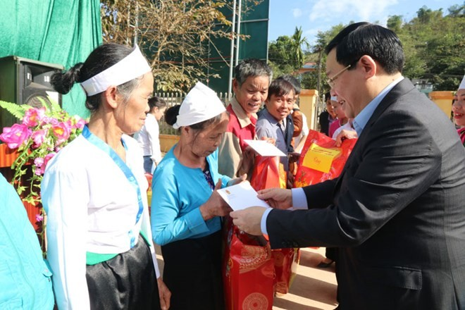 Party, State leaders present Tet gifts to disadvantaged households - ảnh 1