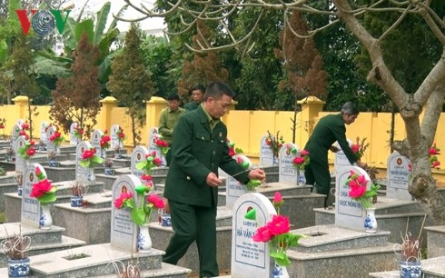 Incense offering commemorates heroes, martyrs in Northern Border War - ảnh 1