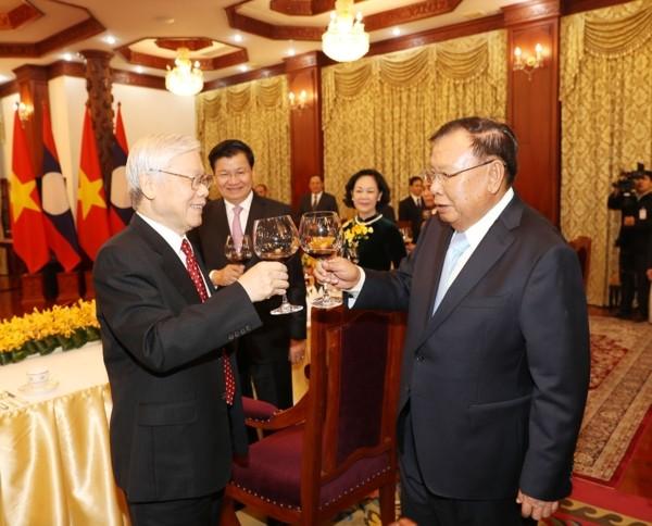 Vietnamese, Lao leaders underline bilateral special solidarity - ảnh 1