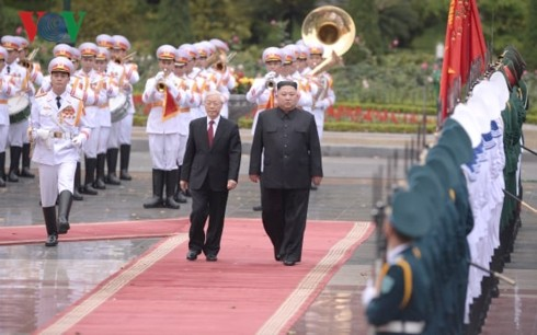 Party, State leader welcomes DPRK Chairman in Hanoi - ảnh 1