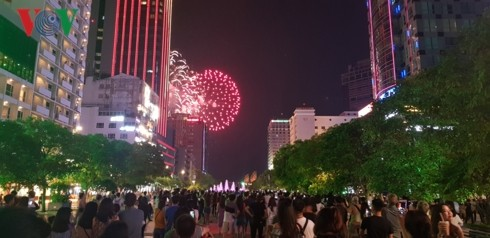 Vietnam marks Reunification Day with fireworks display - ảnh 1