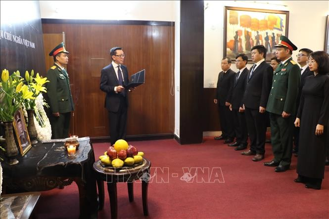 Embassies hold tribute-paying ceremonies for former President Le Duc Anh - ảnh 3