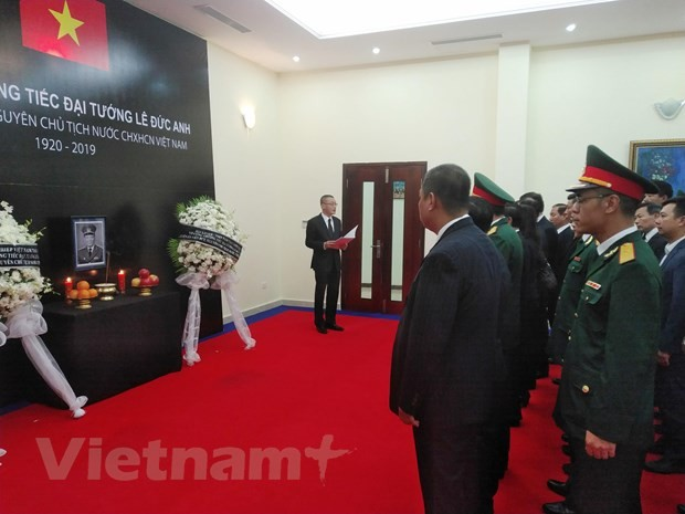 Embassies hold tribute-paying ceremonies for former President Le Duc Anh - ảnh 1