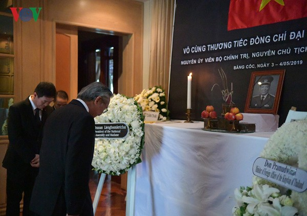 Embassies hold tribute-paying ceremonies for former President Le Duc Anh - ảnh 4