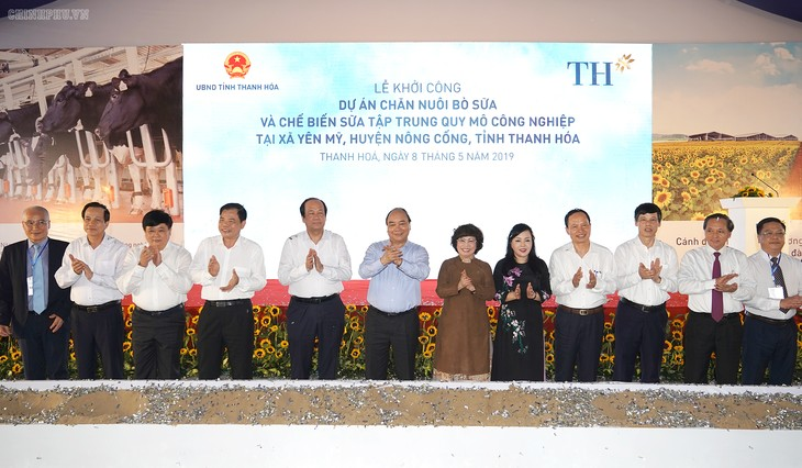 PM visits exhibition on Thanh Hoa province, inaugurates dairy farm - ảnh 2