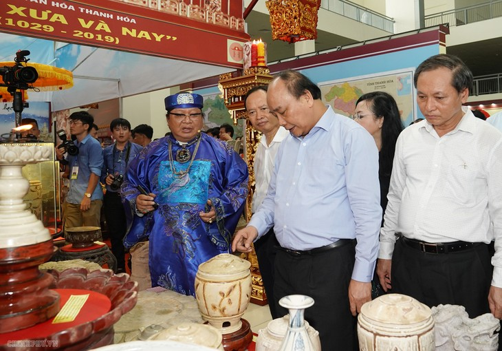 PM visits exhibition on Thanh Hoa province, inaugurates dairy farm - ảnh 1