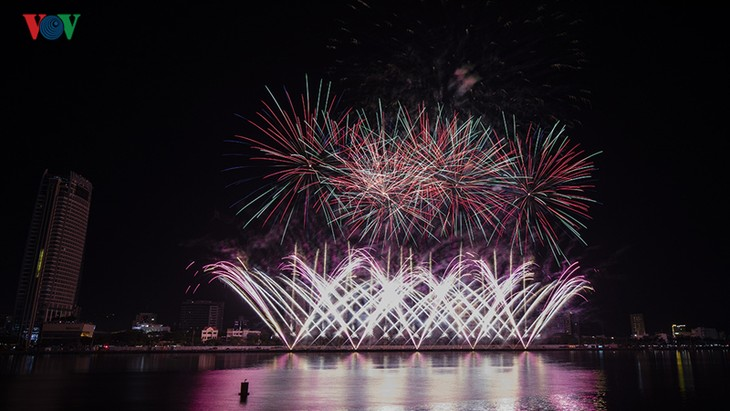 Visitors to Danang treated to spectacular fireworks displays - ảnh 1