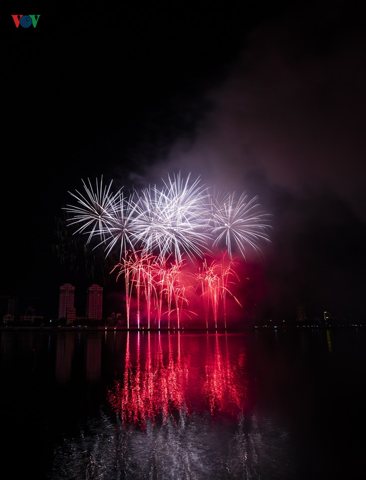 Visitors to Danang treated to spectacular fireworks displays - ảnh 2