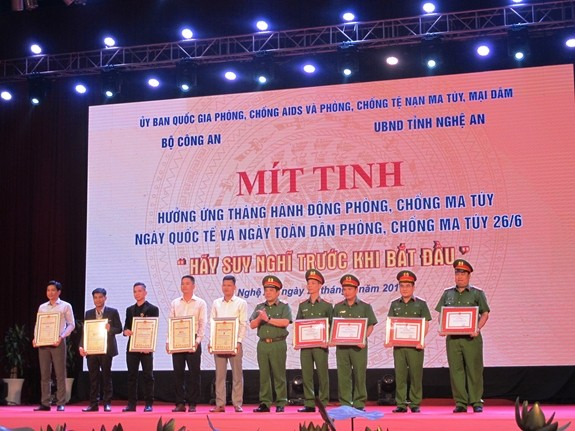 Meeting responds to drug prevention month  - ảnh 1