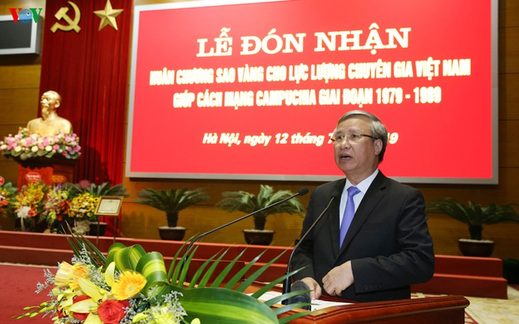 Vietnamese experts honored with Gold Star Order for helping Cambodian Revolution - ảnh 1